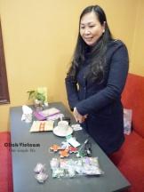 做女紅的婦女,她會教身心殘障者怎麼做這些手工藝品,幫助他們自食其力
