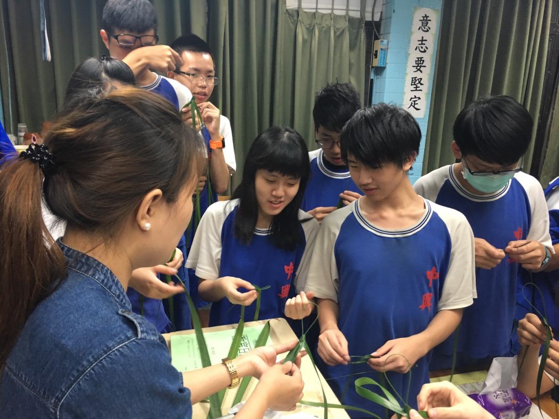 課堂上由老師帶領製作越南兒童的傳統玩具